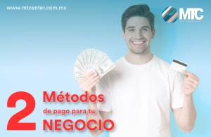 hombre con dinero y tarjeta 2 métodos de pago mtcenter